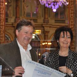Jacqueline Vermere, la présidente, remet sa médaille à Jean-Marc Chamard